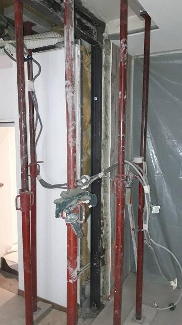Démolition d'un mur semi-porteur. Installation structure de renforcement en métal - Murs porteurs