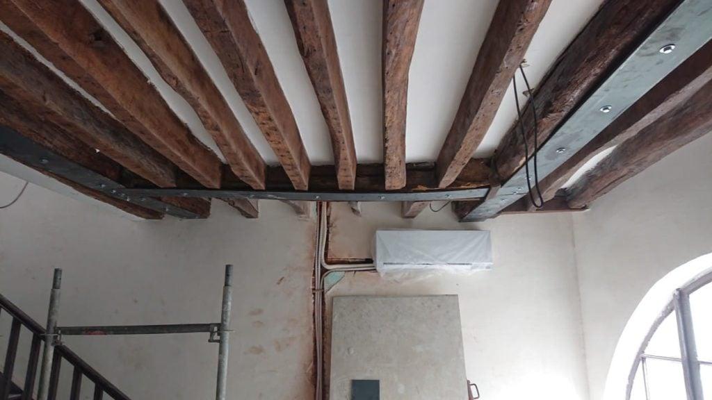 Renforcement des poutres en bois existantes par fers plats à Paris - Renforcement des poutres