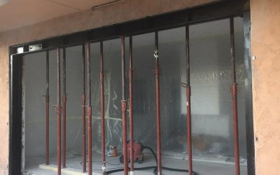 Création d'une ouverture pour une baie vitrée dans un mur porteur de façade avec renforcement par linteau métallique. Réalisation à Vallauris.