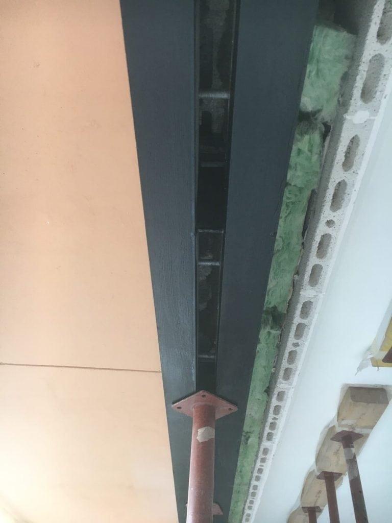 Création d'une ouverture pour une baie vitrée dans un mur porteur de façade avec renforcement par linteau métallique. Réalisation à Vallauris. - Murs porteurs