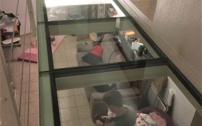 Projet d'extension d'une mezzanine avec un sol en verre et création d'un escalier métallique avec des marches en bois. Réalisation à Cannes la Bocca