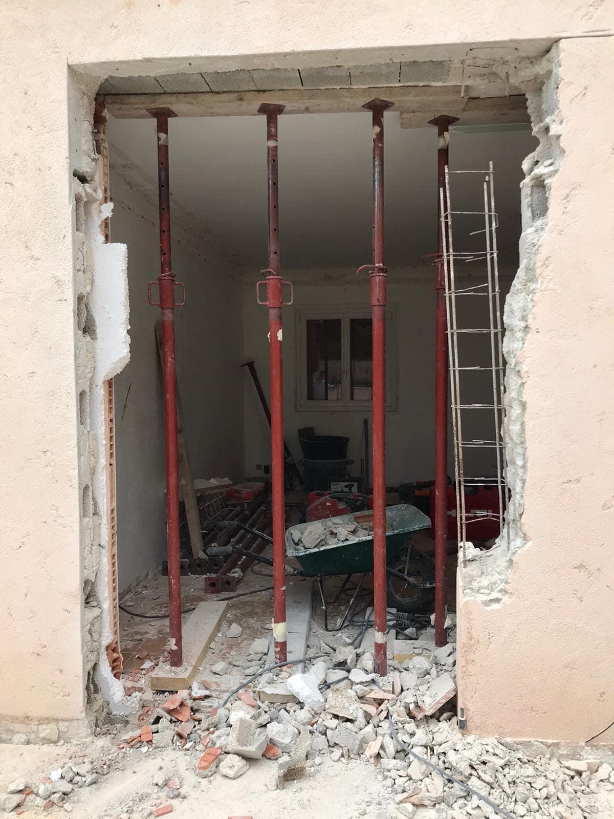 Agrandissement des baies vitrées dans les murs porteurs de la villa à Saint-Jean Cap Ferrat. - Murs porteurs
