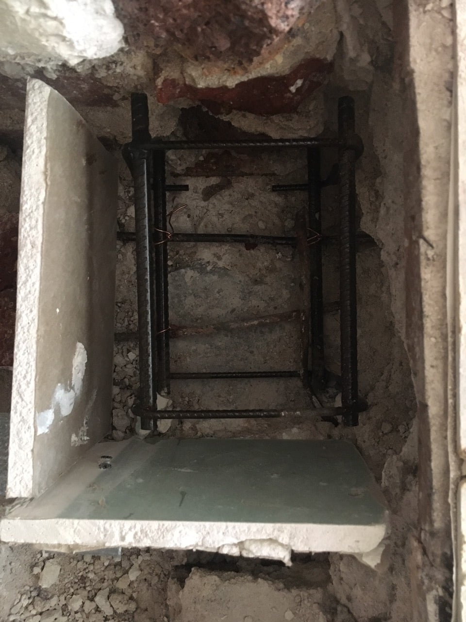 Ouvertures de trois murs porteurs en briques rouges au premier étage. Réalisation à Menton - Murs porteurs