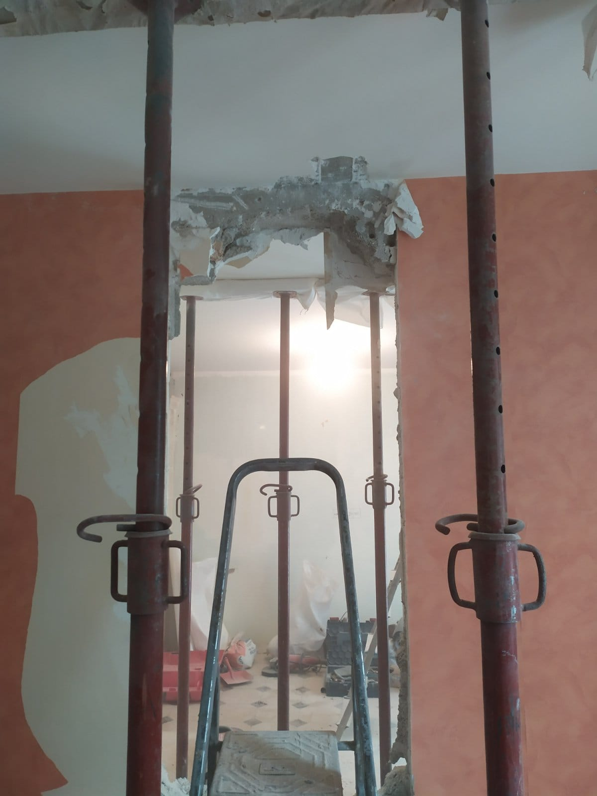 Création d'ouverture dans un mur porteur en parpaing à Nanterre. Renforcement par poteaux et poutre métallique. - Murs porteurs