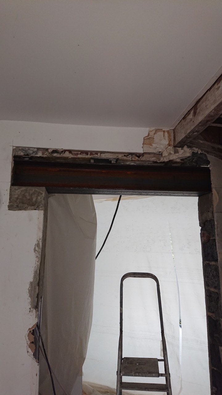 Agrandissement d'une baie-porte, renforcement par structure métallique à Grasse. - Murs porteurs
