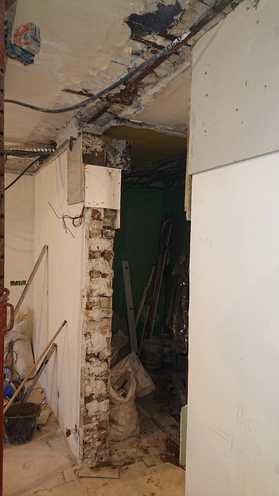 Démolition de mur porteur en briques rouges à Versailles. Renforcement par technique « poutrelle sur sommiers ». - Murs porteurs