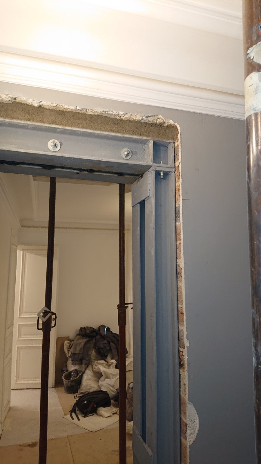 Ouverture de porte dans le mur porteur à Cergy-Pontoise. Renforcement par structure métallique. - Murs porteurs
